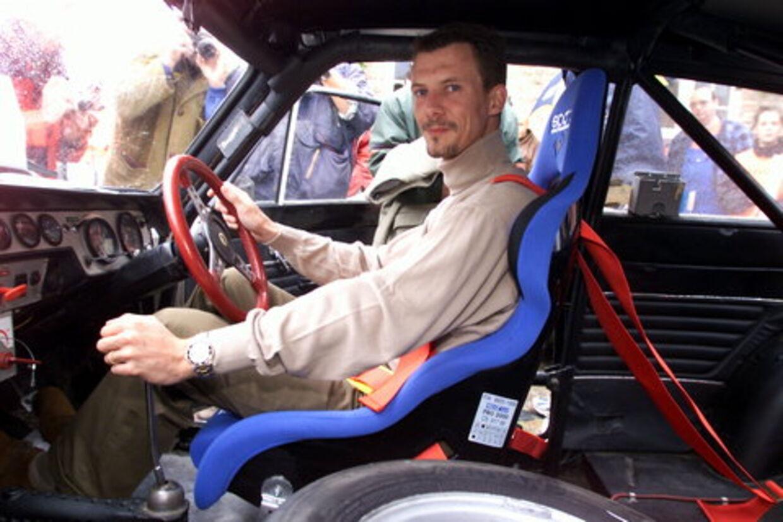 Prins Joachim blev lørdag anmeldt for hasarderet kørsel på Helsingør-motorvejen. Her ses han i sin Ford Lotus Cortina i år 2000.<br>Arkivfoto: Bent Midstrup