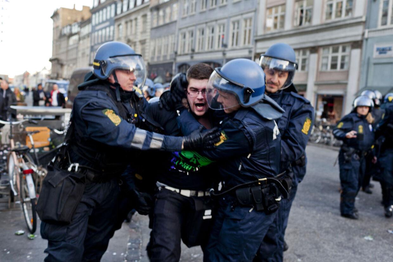 Anholdelserne er ifølge politiet sket for trusler og gadeorden, oplyser den ansvarlige vagtleder Lars Krabbe til BT.
