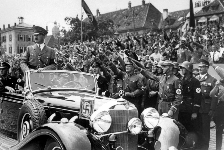 Tyske soldater og officerer hylder her Adolf Hitler, der ses stående i bilen.