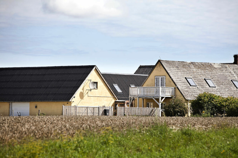 På denne firelængede gård i Mern nær Vordingborg i Sydsjælland boede de to plejeforældre, som politiet mener har gjort sig skyldige i grov vold, vanrøgt og frihedsberøvelse af deres plejebørn. Parret bor der ikke længere.