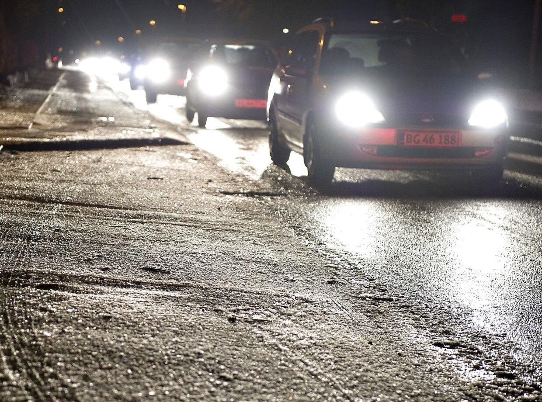 Træd forsigtigt på speederen fredag morgen. Efter nattens frost er vejene kolde, og derfor kan det være glat mange steder. (Arkivfoto)