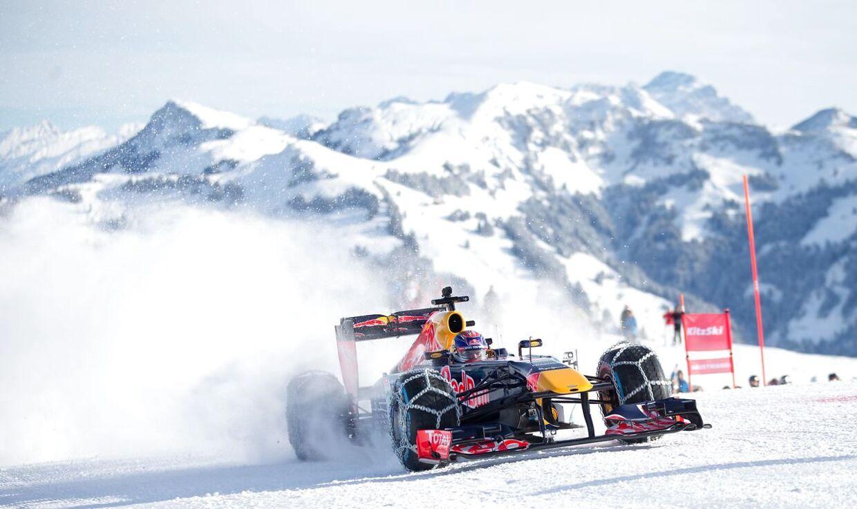 Den hollandske Formel 1-kører Max Verstappen giver den gas i en snekæde-klædt racer i de østrigske alper.