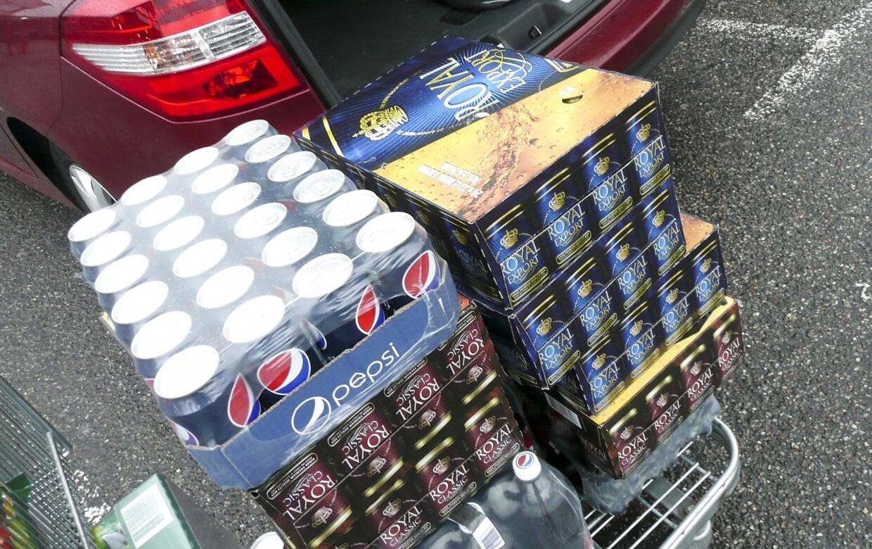 En ny analyse fra Nykredits viser, at du kun kan spare omkring 5 kr. ved at købe en ramme dåse-sodavand eller -øl i en grænsebutik. Et pristjek lavet af Bt.dk viser dog, at du sparer min. 35-50 kr. på en ramme, hvis du køber Cola og Carlsberg-dåser.