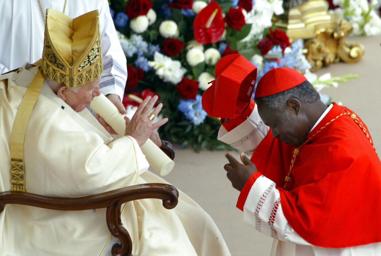Her ses Peter Turkson ved sin udnævnelse til kardinal i 2003 på knæ foran Johannes Paul II.