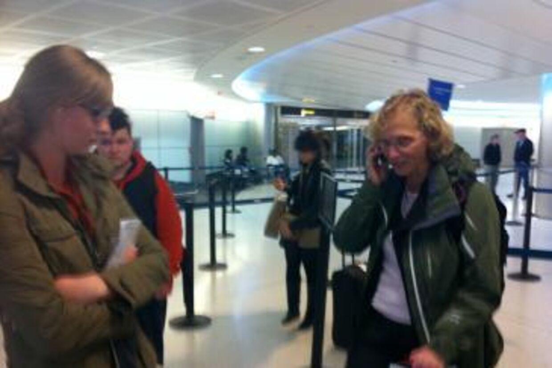 Luna Boldsen (i baggrunden med den røde trøje) og et par andre fortvivlede danskere kæmper for at komme hjem