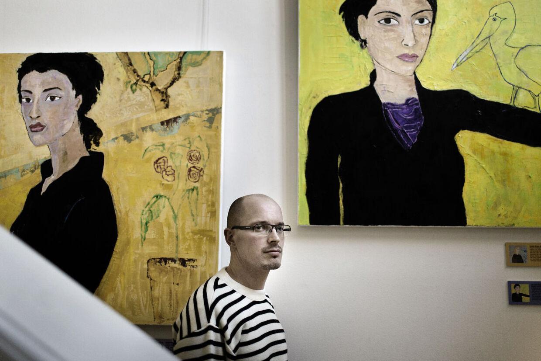 Udstillingen 'Kvindedrab In Memoriam' er nu pillet ned. Her ses et par af billederne med Frederik Strand, leder af Politimuseet i København, i forgrunden.