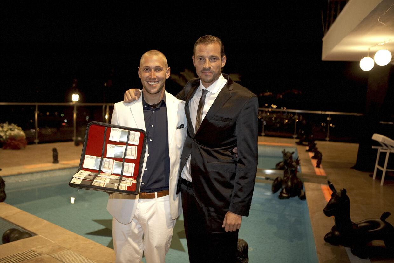 Joachim Selnæs med værten Adam Duvå Hall efter han har vundet den første sæson af 'Fristet - hvor langt vil du gå?'.