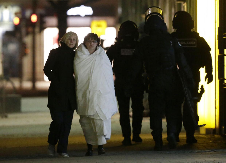 En uidentificeret kvinde føres væk efter at gidseldramaet i Berlin sluttede uden ofre.