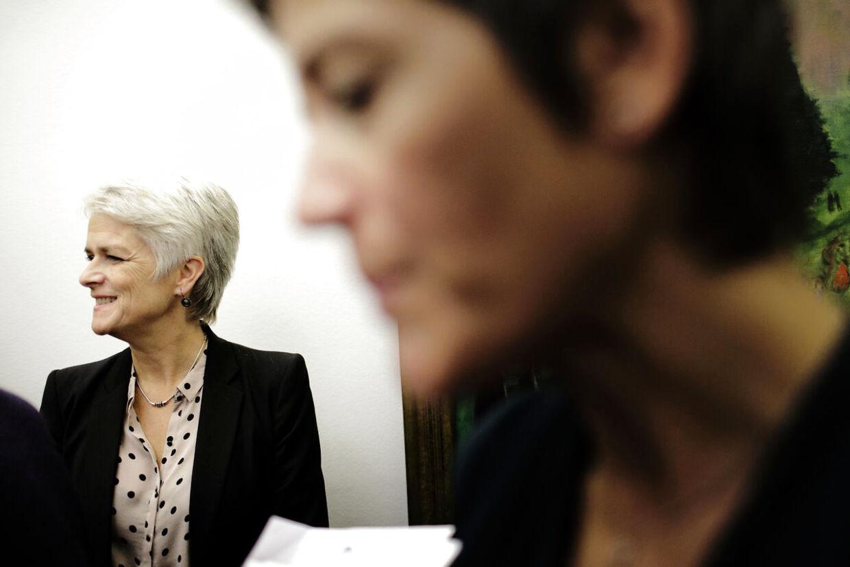 Trods sit løfte om øget inddragelse af baglandet, undlod SFs nyvalgte formand Annette Vilhelmsen (I baggrunden) at orientere partiets landsledelse om den aftale, regeringen præsenterede i denne uge.