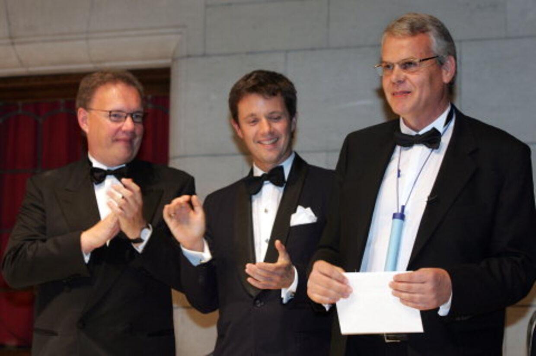 Torben Vestergaard Frandsen, th, med sit sugerør om halsen, får overrakt prisen af  kronprins Frederik. Foto: Jørgen Jessen