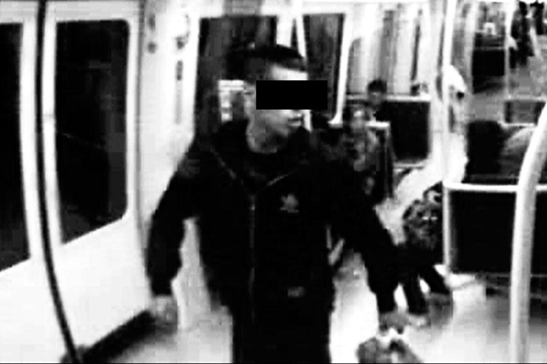Overvågningsbillede fra metroen 5. august 2010 om aftenen. Det viser ifølge politiet den mand, der kort efter - mellem kl. 23.06 og 23.45 - fulgte efter en 29-årig kvinde ud af metroen ved Vestamager Station og overfaldt hende bagfra. Efterfølgende truede han sig til oralsex tre gange.