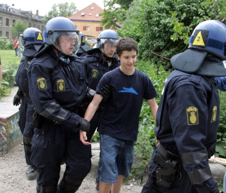 ANHOLDT: Politiet anholdt i går barnestjernen fra Krummerne, Lucas Forchhammer, der bor på fristaden med sine forældre. Han er ifølge B.T.s oplysninger sigtet for fornærmelig tale mod politiet. Foto: Mogens Flindt