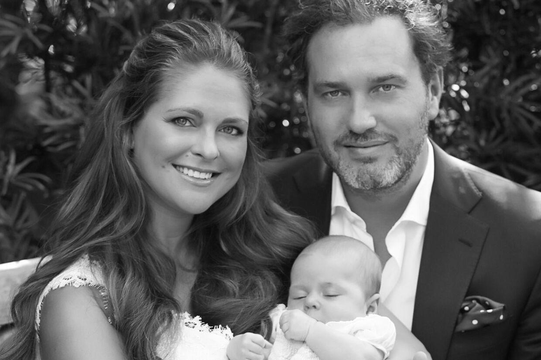 Så lykkelig ser den svenske prinsesse Madeleines lille nybagte familie ud godt to uger før den lille prinsesse skal døbes.