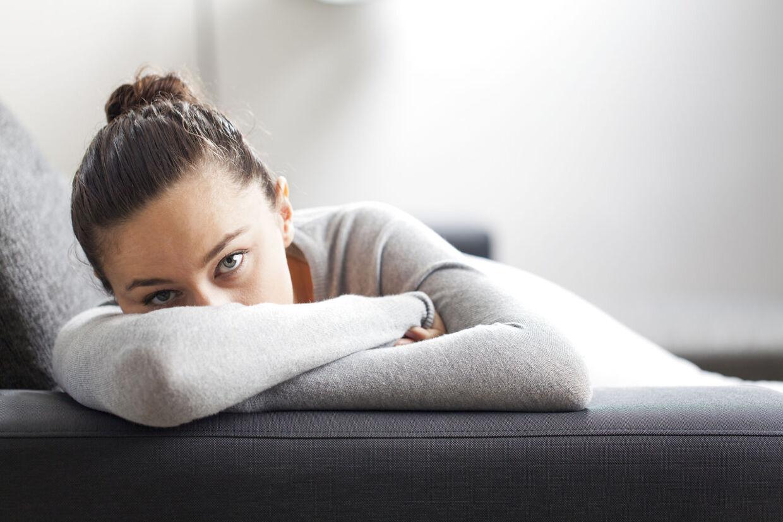 Danske kvinder bør i større omfang smide sig på sofaen efter arbejde, lyder opfordringen fra en overlæge.