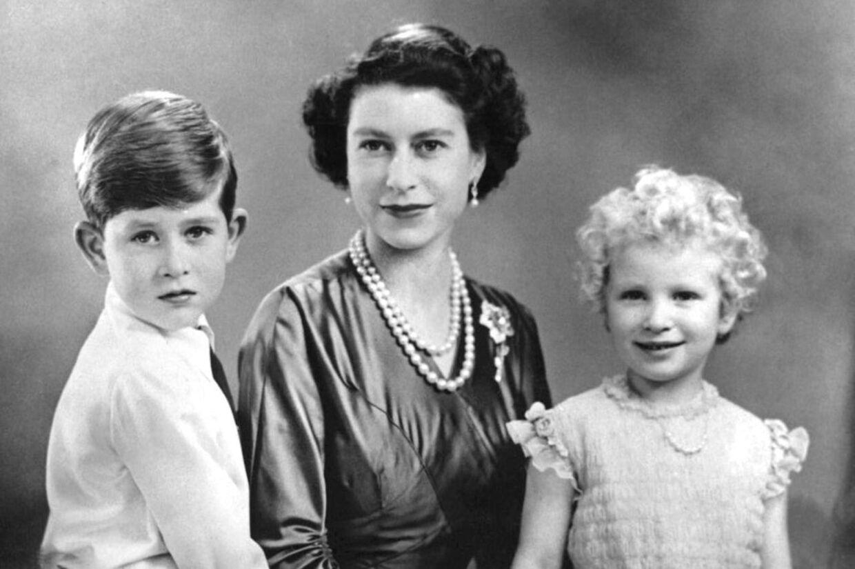 Her ses dronning Elisabeth med sin søn prins Charles og datteren prinsesse Anne, da børnene var små.