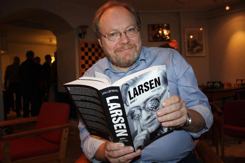 """Jan Løfberg med første bind af """"Larsen"""", som har været 32 år undervejs. Foto: Peter Fredberg"""
