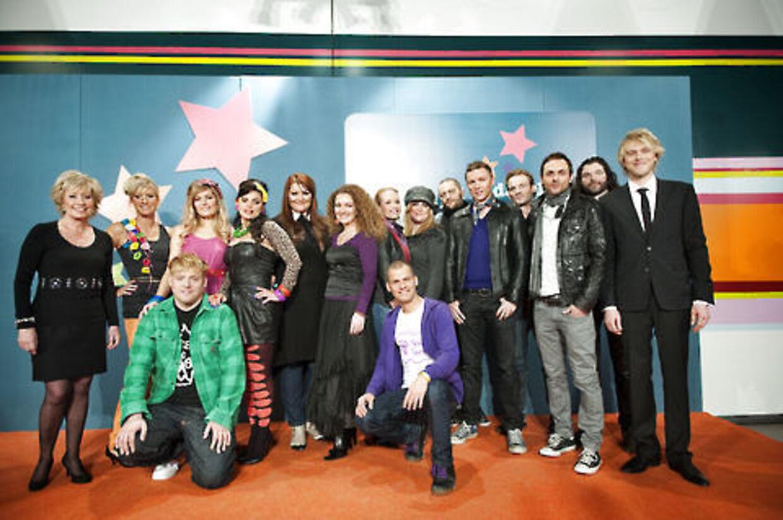 Deltagerne i årets Melodi Grand Prix 2009 stiller op til fotografering sammen med værterne, Birthe Kjær og Felix Smith.