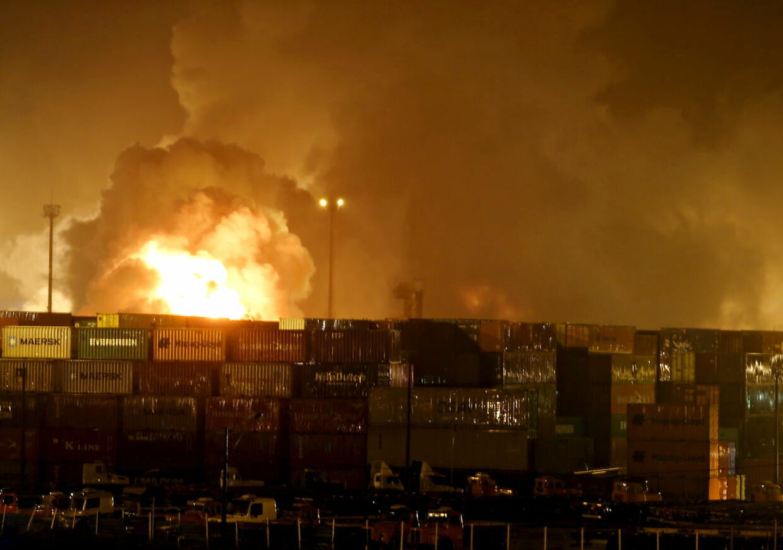 Her stiger en flammesky op over havnen