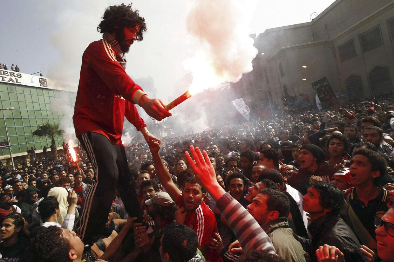 Her ses fans af fodboldklubben Al Ahly uden for retsbygningen.