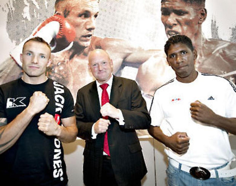 Gusmyl Perdomo (th) har spottet svagheder ved Mikkel Kessler (tv). I midten ses Herning Messecenters direktør, Georg Sørensen.
