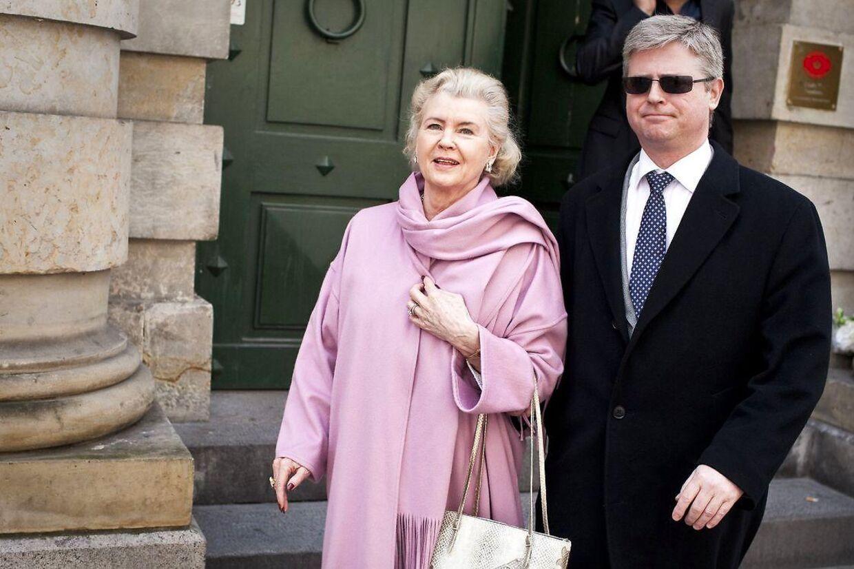 Tineke Færch med sønnen Erik Færch på vej ud af Københavns Byret. Tobaksenken har anmeldt sin datter for tyveri og dokumentfalsk.