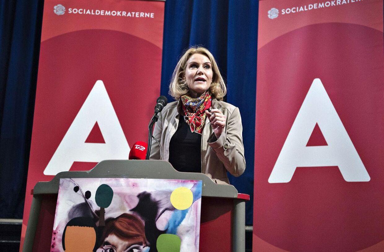 Statsminister Helle Thorning-Schmidt, formand for Socialdemokraterne , indledte sin 1. maj i år klokken 06.35 i Fritidscentret i Randers. Her holdt hun sin første af flere 1. maj taler . Her ses Helle Thorning-Schmidt på talerstolen