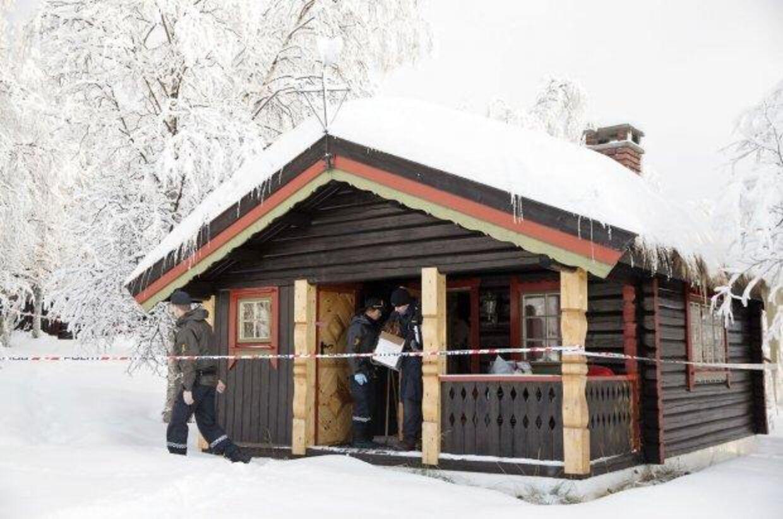 Beitostølen: Politiets teknikere arbeider ved hytten, hvor en 13 år gammel pige blev fundet død nytårsaften. Sagen blev først omtalt i mediene søndag 3. januar. Foto: Håkon Mosvold Larsen / NTB Scanpix Foto: Larsen, Håkon Mosvold