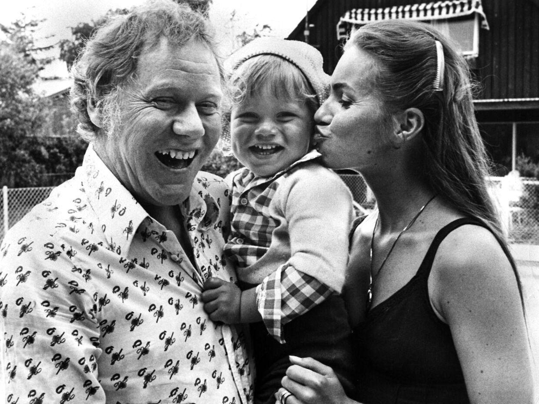 Preben Kaas og hustruen Anne Marie Lie med den to-årige Nikolaj Lie Kaas på armen foran huset i Rødovre i 1976. Samme år kommer det endelige opgør mellem Preben og Anne Mari.
