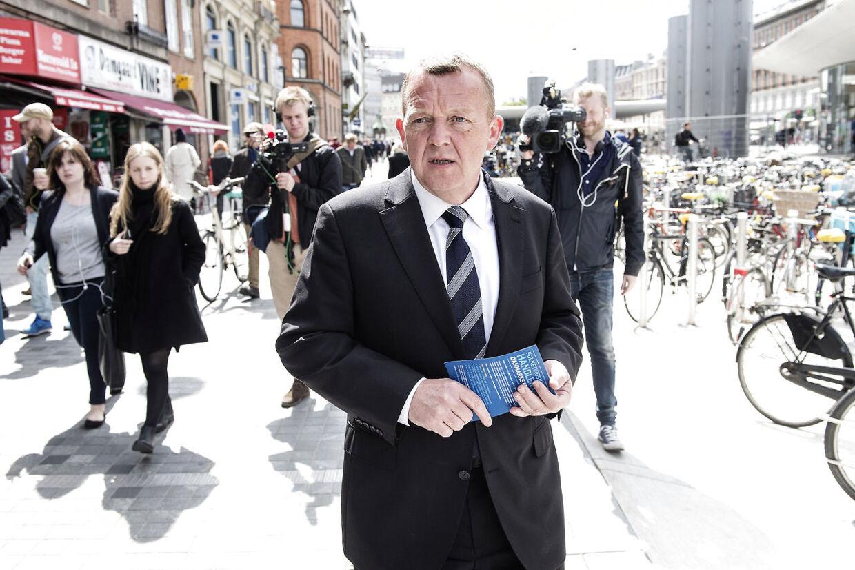 Folketingsvalg 2015. Sttatsminister-kandidat Lars Løkke Rasmussen deler venstre-piecer ud på Nørreport Station i København ondag d. 27. maj 2015.