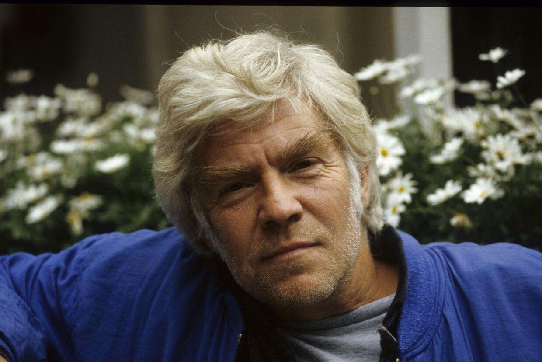 Danmarks Radio endte med at rejse et erstatningskrav mod skuespiller Ole Ernst, som derfor mistede rollen som en af Matadors helt centrale personer, kommunisten Lauritz 'Røde' Jensen.