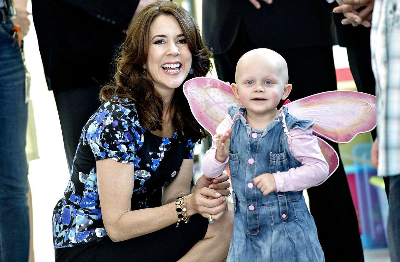Lille kræftramte 3årige Kaja tog fuldstændig billedet, under Kronprinsesse Marys besøg i kræftafdelingen. På et tidspunkt fik hun også Marys velkomstbuket