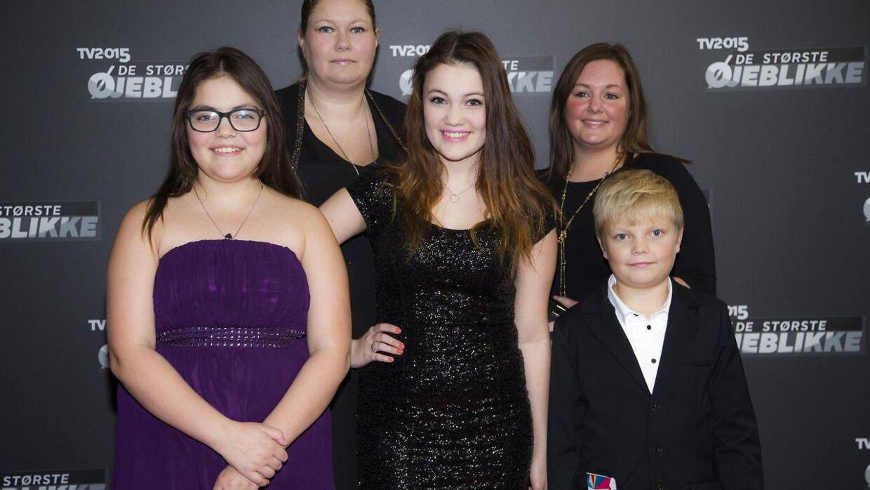 Stephanie (i midten) og Isabella (til venstre) sammen med deres familie på den røde løber til optagelserne til 'TV2 015: De største øjeblikke'