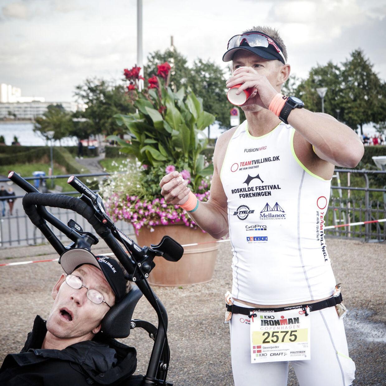 Team Tvilling, Steen Mondrup og hans spastiske tvilling Peder Mondrup. Omkring 3.000 personer deltager i KMD Ironman Copenhagen søndag den 24. august 2014. De skal svømme 3, 8 km i lagunen ved Amager Strand, cykle 180 km i Nordsjælland, hvorefter de slutter med et marathon i Københavns gader, der har mållinje ved Christiansborg.