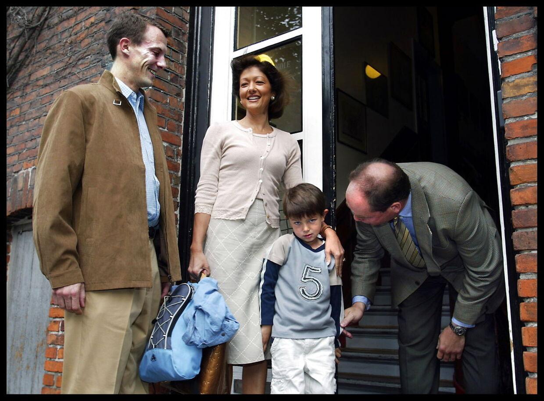 Prins Nicolai var noget beklemt ved situationen på sin første skoledag på Krebs Skole, selv om både Joachim og daværende prinsesse Alexandra forsøgte at holde fanen og humøret højt. Men det var en tydeligt genert og beklemt Nikolai, der hilste på skolebestyrer Mikael Fink-Jensen.