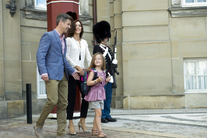 Også prinsesse Isabella glædede sig meget til sin første skoledag, da den oprandt i august 2013. Som storebror stillede hun også op for pressen foran Amalienborg, inden hun sammen med sine forældre kørte ud til Tranegårdsskolen i Hellerup.