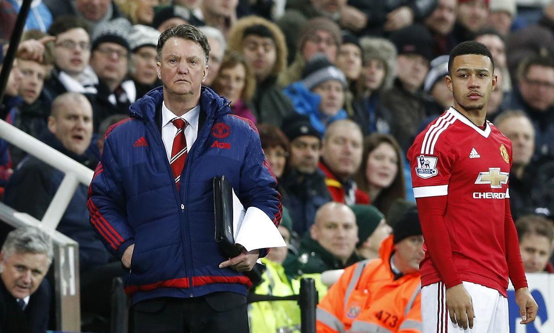 Manchester United-manager Louis van Gaal gør her klar til at sende Memphis ind i kampen mod Newcastle, som sluttede 3-3, selvom Manchester United havde ført både 2-0 og 3-2.
