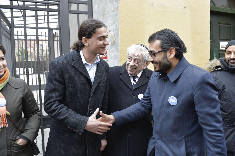 Muslimsk fredsring om synagogen i Krystalgade. Her ses blandt andet digteren Yahya Hassan (tv.) og tidl. overrabinner Bent Melchior (midt).