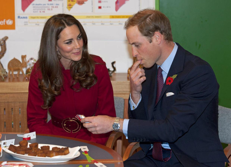 Prins William prøvesmagte Unicefs nødrationer under besøget i København, mens Kate nøjedes med at se på.