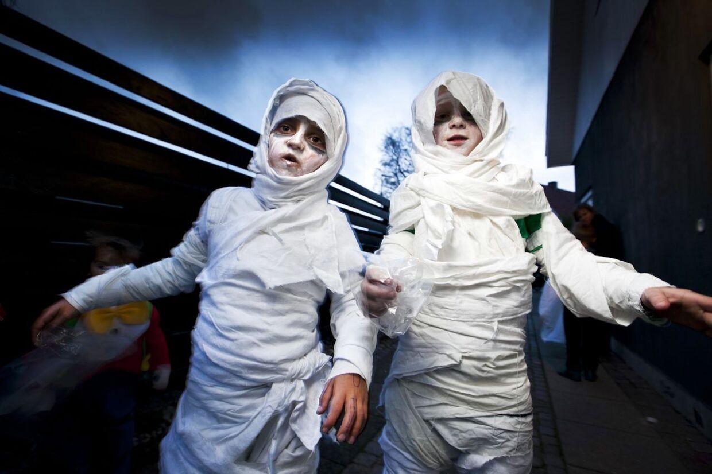 Det er Halloween og i Aarhus rejser uhyggelige halloween mumier sig fra graven og går på jagt efter sukker onsdag 31. oktober 2012. (Foto: Jens Thaysen/Scanpix 2012)