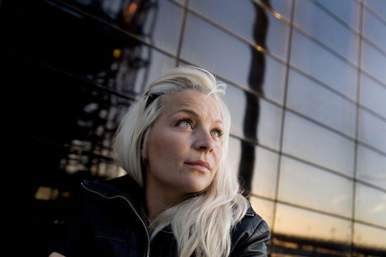 Fem år efter moderens død står tv-værten Signe Lindquist nu frem og fortæller om sin rolle i sin syge mors selvmord.