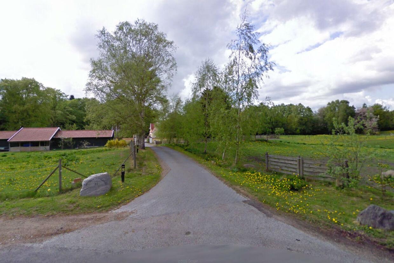 Meget ser det ikke ud af set fra Høveltevej, men hvis du bevæger dig ned af den lille vej, kommer du til en sand luksusejendom.