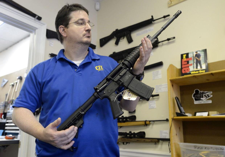 Efterspørgslen på den type automatvåben, Adam Lanza brugte til skoleskyderiet i Newtown - en Smith & Wesson MP15 halvautomatiske riffel (på billedet med et 30-patroners magasin) - er eksploderet. Faktisk melder butikkerne om at have solgt dét, der svarer til tre og et halvt års lager på bare to uger. Jo, du læste rigtigt.