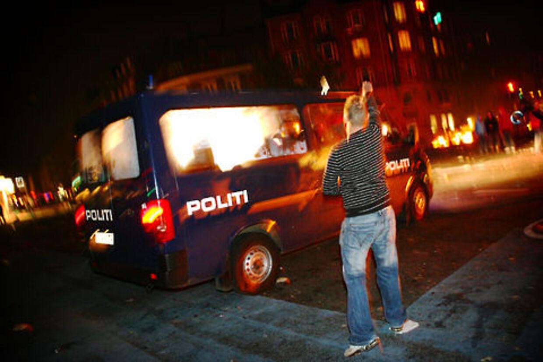 En aktivist skælder ud på politiet under urolighederne på Nørrebro natten til søndag.