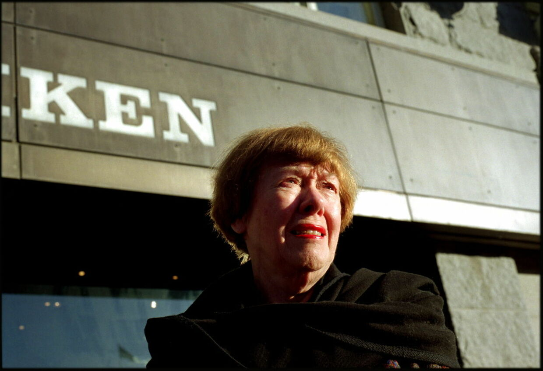 Jonna Dwinger modtog en række rejser, hæder og legater for sit arbejde. Hun var desuden selv en glimrende kok og udgav i 1978 bogen »Mit Sommerkøkken« i samarbejder med Ebbe Mørk.
