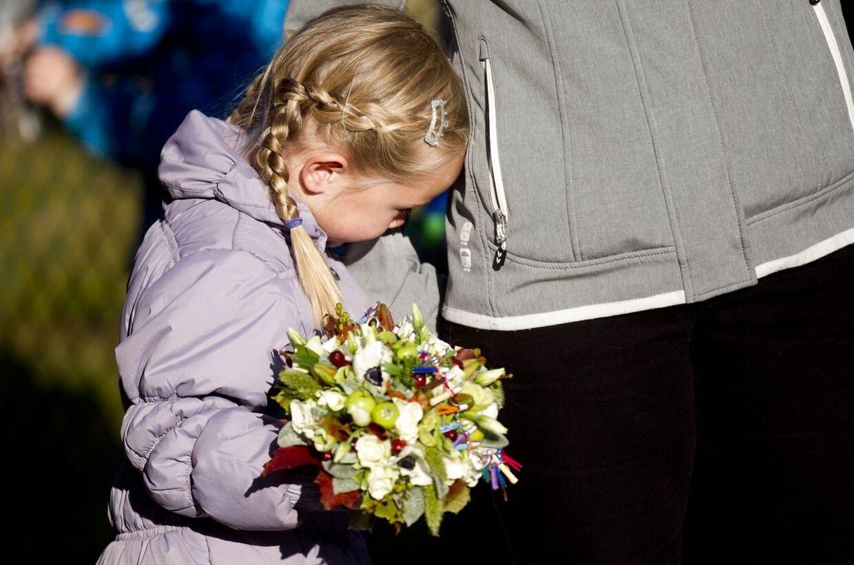 """Kronprinsessen Mary besøger Koglehuset Holstebro, hvor Børnehjertefonden, Hjerteforeningen og Holstebro Kommunes sundhedsprojekt """"Fra viden til vaner"""" igangsættes. Anna blev lidt betuttet, da hun skulle give Mary blomster."""
