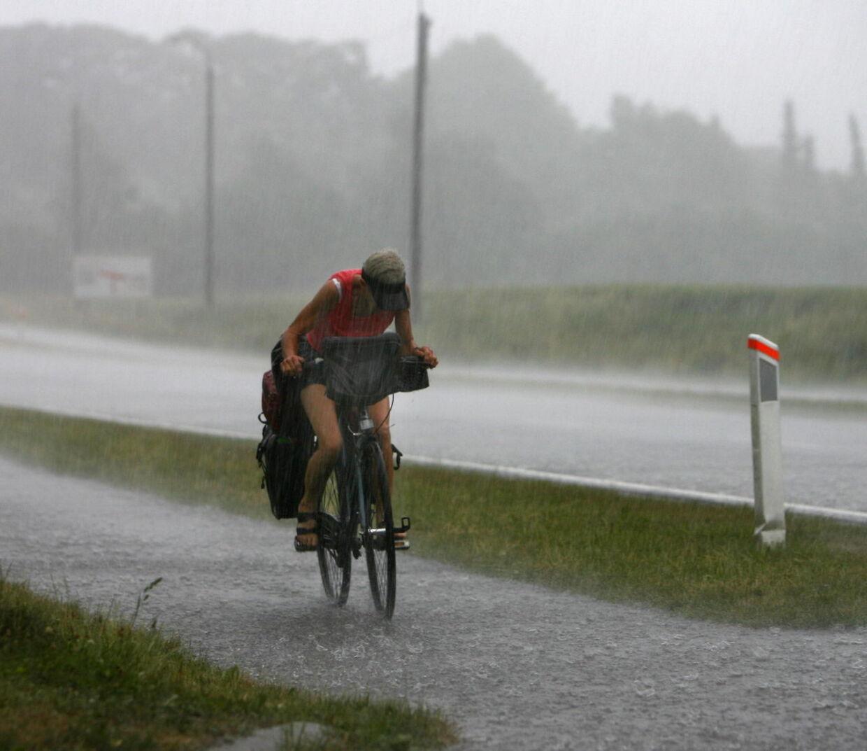 Kl 16.15 stod regnen ned omkring Randers i Jylland. Der var kraftige vindstød, hagl og torden til gene for de tohjulede trafikanter der måtte kæmpe sig igennem regnen.