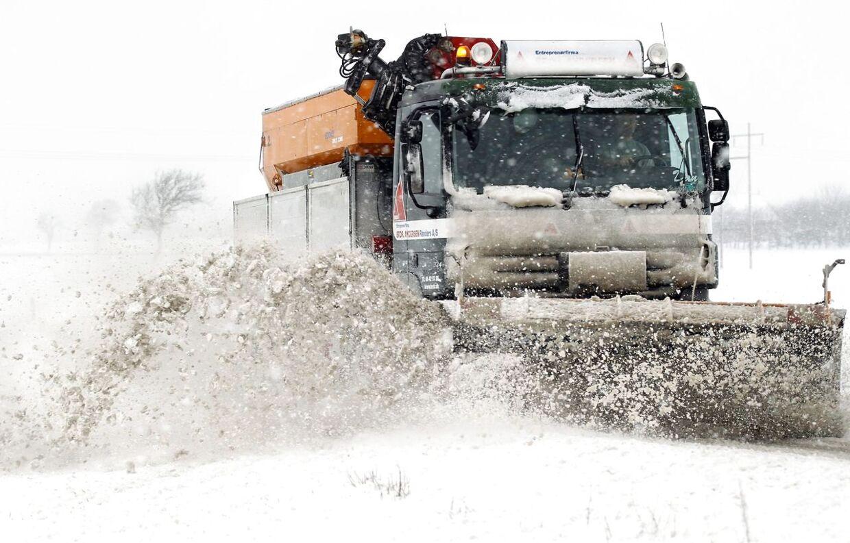 ARKIVFOTO: Der ryddes sne på Mariagervej ved Randers søndag d.9.december 2012.