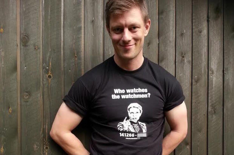 Lars Kragh Andersen ses her i den t-shirt med Helle Thorning-Schmidts cpr-nummer, som han nu sælger fra sin hjemmeside til 150 kroner.