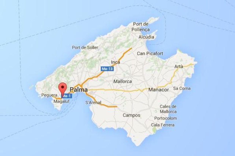 To danskere er anholdt og mistænkt for at have voldtaget en 25-årig natklubdanserinde på et hotel i feriebyen Palmanova på Mallorca.