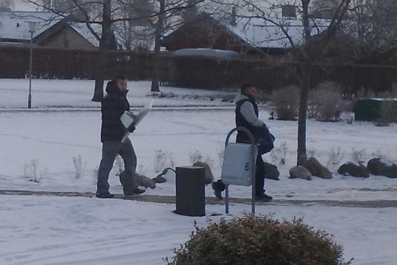 En årvågen borger fangede disse fyre med sit kamera gennem ruden i hoveddøren, da han kom hjem fra arbejde. Mændene var på vej til deres bil med stjålet pc-udstyr fra en villa i nærheden.